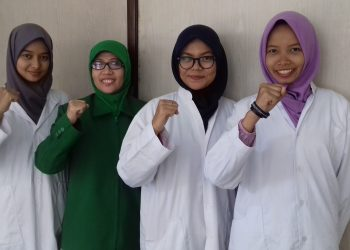 Foto bersama tim penemu pengolahan limbah cair zat warna EBT  dengan dosen Pembimbingnya.