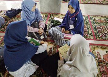 Maba mengikuti Tes Baca Al Quran di Masjid Nurul Ilmi, Senin (14/07/2017).