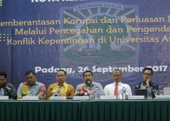 Narasumber Seminar Pemberantasan Korupsi dan Perluasan Integrasi melalui Pencegahan dan Pengendalian Konflik Kepentingan di Convention Hall Unand Selasa (26/9/2017)