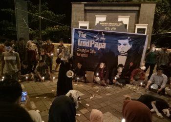 Penggiat anti korupsi Sumatera Barat (Sumbar) melakukan orasi di depan Tugu Gempa Sumbar, Senin (2/10/17).
