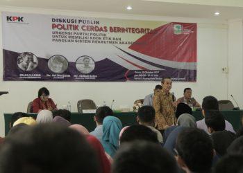 Diskusi Publik Politik Cerdas Berintegritas bersama Dikyanmas KPK, Sujanarko di Aula Gedung Pasca Sarjana Unand, Kamis (13/10/2017).