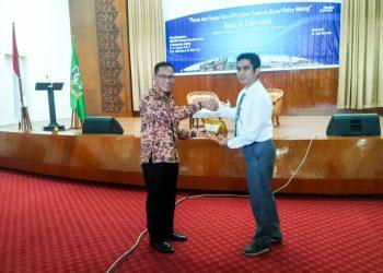 Penyerahan kenangan-kenangan dari WR II Unand Syafrizal kepada ketua BPS Suhariyanto dalam kuliah umum di Convention Hall Unand, Rabu (25/10/2017). (Foto: Suci Addina Islamy)