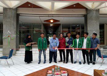 Pemotongan pita oleh Syafardi menandai dibukanya launching Pemira KM Unand, Senin (2/10/2017).