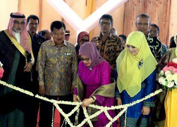 bu Mufidah Jusuf Kalla sedang melakukan pemotongan pita dalam acara grand opening rumah sakit universitas andalas