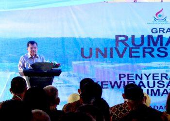 wakil presiden ri sedang memberikan sambutannya dalam grand opening rumah sakit universitas andalas