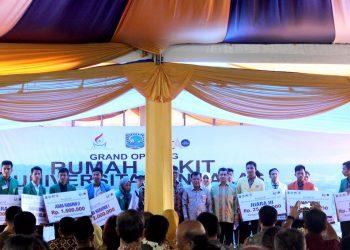 wakil presiden ri memberikan hadiah kepada pemenang minang entrepreneurship award 2017 dan berfoto bersama