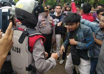 Perlawanan yang dilakukan oleh mahasiswa karena pihak polisi menyelesaikan aksi secara paksa di jalan menuju Rumah Sakit Unand, Sabtu (4/11/2017) (Foto: PHP)