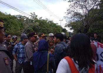 Mahasiswa sedang berunding dengan polisi di jalan menuju Rumah Sakit Unand, Sabtu (4/11/2017). (Foto: Sukma Hayati)