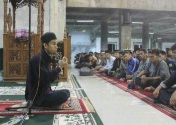 Qori Muzammil Hasballah pada acara subuh Asrama di Masjid Nurul Ilmi Unand, Senin (20/11/2017).