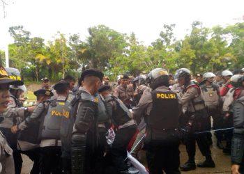 Polisi amankan aksi mahasiswa di jalan menuju Rumah Sakit Unand, Sabtu (4/11/2017).