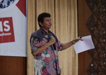 Indra Fahmi menyampaikan kiat-kiat menjadi wirausahawan, di Convention Hall Unand, Rabu (31/1/2018). (Foto: Metria Indeswara)