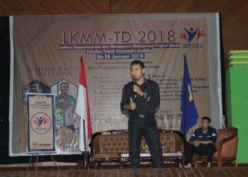 Salah seorang pemateri pada Latihan Kepemimpinan Manajemen Mahasiswa Tingkat Dasar (LKMM-TD) Fakultas Teknik Unand, muhammad taufik di Auditorium Unand, Sabtu (27/1/2018).