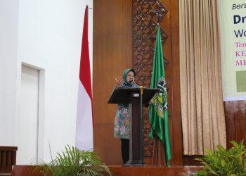 Walikota Surabaya Tri Rismaharini saat memberi kuliah umum di Convention Hall Unand, Selasa (20/2/2018).