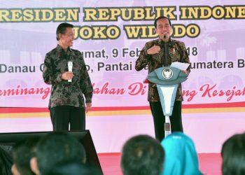 Presiden Republik Indonesia Joko Widodo saat memberikan sambutan dalam puncak perayaan Hari Pers Nasional di di Danau Cimpago, Kota Padang, Sumatera Barat, Jum'at (9/2/2018).