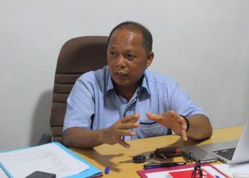 PU KKN Syamsuardi saat memberikan informasi mengenai lokasi KKN di sekretariat PU-KKN Unand, Rabu (25/4/2018)