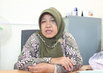 Kasubag Kesejahteraan Mahasiswa dan Alumni Unand, Destrinita saat diwawancarai diruangannya mengenai pencairan dana bidikmisi, Jumat (27/4/2018).