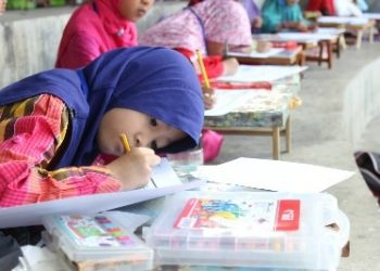 Salah satu peserta sedang mewarnai buku, . Padang, Minggu (22/2018).