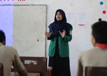 Mahasiswa volunteer IKAMADIKSI menjelaskan mengenai tata cara pendaftaran bidikmisi di MAN Pesisir Selatan, Rabu (4/4/2018).