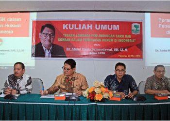 Ketua LPSK Republik Indonesia (RI) Abdul Haris Semendawai saat memberikan Kuliah Umum di Auditorium, Unand, Kamis (03/05/2018).