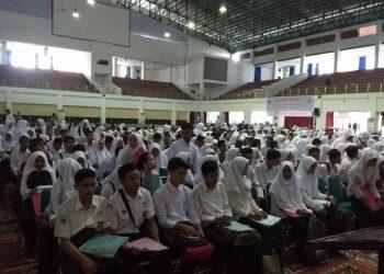 Mahasiswa calon penerima beasiswa Bidikmisi dari SNMPTN sedang menunggu urutan untuk tes wawancara di Auditorium Universotas Andalas, Rabu (9/5/2018). (Foto: Ivonyla Krisna)
