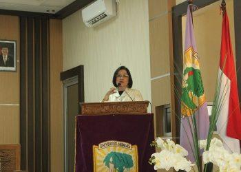 Ir.Alinda M,A saat memberi materi seminar masalah strategi pengembangan ekspor nasional di ruang peternakan convention center