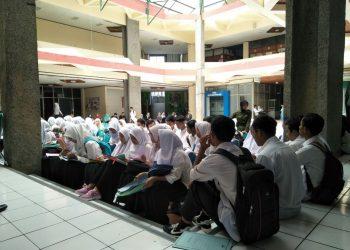 Mahasiswa baru calon penerima beasiswa Bidikmisi sedang menunggu giliran wawancara di PKM Unand, Jumat (11/5/2018) (Foto: Rani Aprianti)