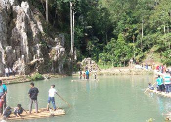 Para wisatawan  menikmati rakitan dari bambu bersama keluarga di Luak Gadang dan Bukik Baka Park.
