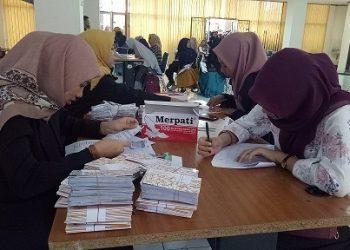 Mahasiswa yang lulus beasiswa PPA sedang melakukan spesimen tanda tangan buku rekening di Seminar PKM lantai 1, Selasa (24/7/2018). (Foto: Zurriati Fadilla).