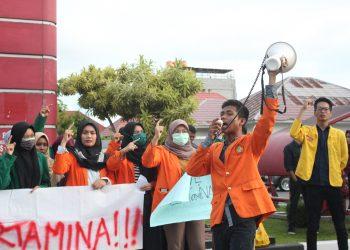 mahasiswa yang tergabung dalam aliansi Badan Eksekutif Mahasiswa (BEM) se-Sumatera Barat, melakukan aksi unjuk rasa bela pertamina yang dilakukan di depan stasiun Pengisian Bahan Bakar Umum (SPBU) Jati dan SPBU jalan Khatib Sulaiman, Padang, Sumatera Barat, pada Rabu, (25/7/2018).