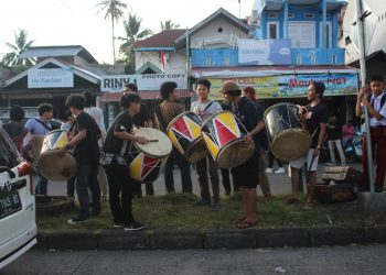 1.Peserta penggalang dana menggunakan alat music tradisional minangkabau, Tambua untuk menarik perhatian masyarakat di Simpang Pasa Baru, Selasa,(14/08/2018).