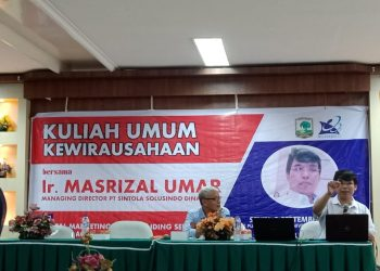 Direkctor PT. Sintola Solusindo Dinamika Masrizal Umar saat menyampaikan seminar kewirausahaan di gedung perpustakaan Unand lantai 5, Senin (3/9/2018).