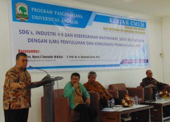 Wakil Ketua Perhimpunan Ekonomi Pertanian Indonesia (PERHEPI), Bustanul Arifin memberikan kuliah umum, di aula pascasarjana, Unand, Jumat (28/9/2018).