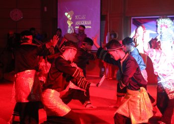 Penampilan silek dan tari pasambahan pada pembukaan Malam Anugerah Andalas Film Festival 2018 (Foto: Fildzatil Arifa)