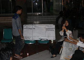 Proses penghitungan surat suara Pemira Unand 2018, di Gedung PKM Unand, Jumat (23/11/2018). (foto : Juni Fitra Yenti)