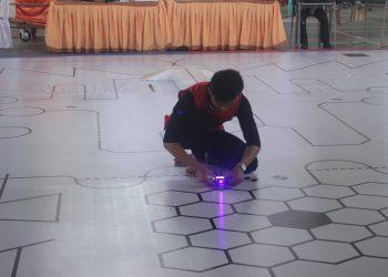 Peserta Lomba MRC III mengembalikan robot yang keluar dari jalur perlombaan di Gedung PKM PNP, Sabtu (1/12/2018).