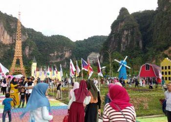 Suasana Kampung Eropa yang ramai dikunjungi oleh wisatawan di Kecamatan Harau, Kabupaten Lima Puluh Kota, Sumatera Barat.
