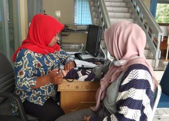 Salah satu mahasiswa saat lakukan pemeriksaan kesehatan untuk persyaratan KKN di Klinik Pratama Medika Andalas, pada Jumat (8/3/2019). (Foto: Arsip gentaandalas.com)