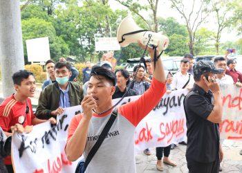 Sejumlah mahasiswa yang sedang melakukan aksi di halaan depan Convention Hall Unand, Kamis (14/3/2019). (Foto: Nurul Fatimah)