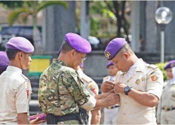 Pemasangan pin oleh Rektor Unand, Tafdil Husni sebagai bentuk simbolis kepada Komandan Terpilih Wira 40 Rudi Irawan di Lapangan Depan Auditorium Unand pada Senin, (15/4/2019) (Foto: HumasUnand)