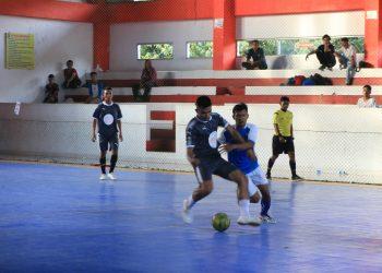 Pemain berebut bola dalam pertandingan Dekan Cup Fakultas Ilmu Budaya di Lapangan Futsal Unand pada Sabtu (13/04/2019) (Foto : Fildzatil Arifa)