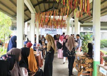 Keadaan Minangpreneur Mini Expo 2019 yang sangat ramai dengan pengunjung di Koridor FIB Unand, Senin (22/4/2019). (Foto: Fildzatil Arifa)