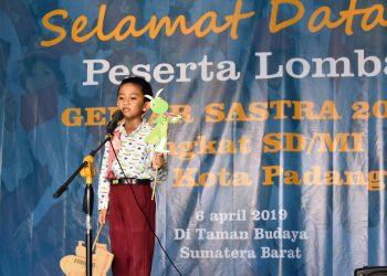 Salah satu peserta lomba membaca puisi saat tampil di hadapan juri dan penonton.