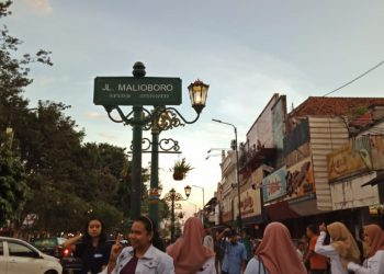 Beberapa orang yang sedang berjalan di Jalan Malioboro. (Foto: Tiwi Veronika)