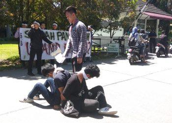 Sejumlah mahasiswa lakukan aksi tolak Unand sebagai Perguruan Tinggi Negeri Badan Hukum (PTN-BH) di depan parkiran Gedung E, Kamis (2/5/2019)