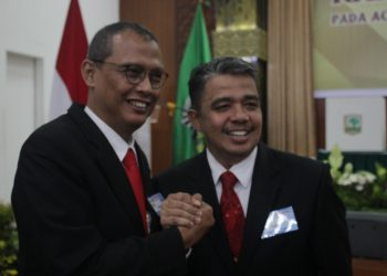 Rektor Terpilih Unand periode 2019-2023 Yuliandri saat menerima ucapan selamat, Rabu (26/06/2019) (Foto: Nurul Pratiwi)
