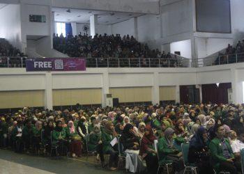 Mahasiswa KKN Unand 2019 sedang mendengarkan penyampaian dari Rekor Unand Tafdil Husni di Auditorium Unand, Senin (1/7/2019). (Foto: Rahmadina Firdaus)