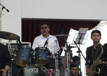 Gubernur Sumbar Irwan Prayitno saat menampilkan permainan drumnya di Auditorium Unand, Rabu (7/8/2019).