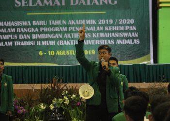 Presiden Mahasiswa BEM KM Unand Ismail Zainuddin saat menyampaikan orasi dalam penampilan UKM BAKTI Unand 2019 di Auditorium Unand, Rabu (7/8/2019). (Foto: Rahmat Fiqri).