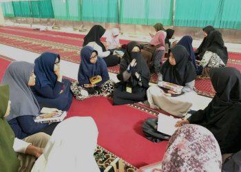 Sekelompok Mahasiswa Mengikuti TBQ di Masjid Nurul Ilmi Unand, pada Senin (26/08/2019). (Foto : Annisa)