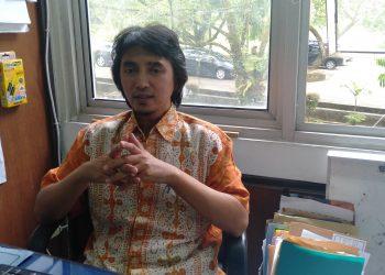 Ketua Jurusan Kimia Unand Syukri saat diwawancarai kru Genta Andalas di Gedung FMIPA Unand, Kamis (1/8/2019). (Foto: Geliz Luh Titisari)